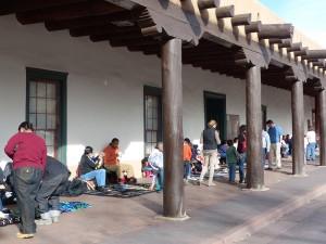 Plaza Vendor mit Kunsthandwerk. iwanowski.blog